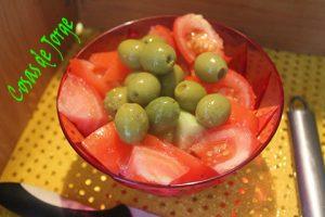 ensalada-simple-de-tomate-pepino-y-olivas