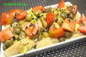 ensalada-de-tomate-y-esparragos-con-sal-negra